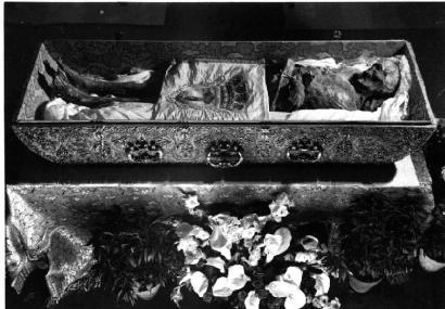 Fig. 3- Vista del cuerpo de San Isidro en el interior de la Urna regalo de la reina Mariana de Neoburgo.