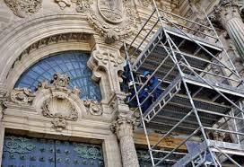 Andamio exterior para el estudio de la fachada