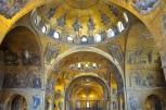 Interior de la Basílica de San Marcos con los mosaicos bizantinos.
