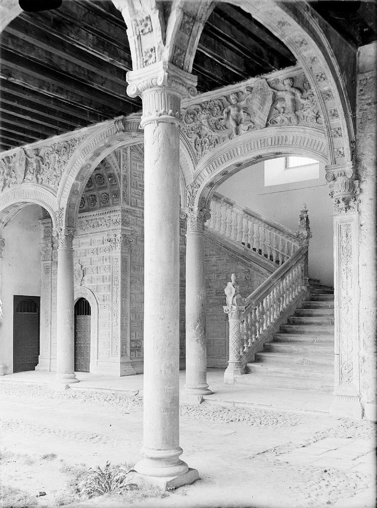 Escalera claustral santa cruz toledo investigart for Escaleras toledo