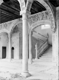 Escalera claustral del Hospital de la Santa Cruz, Toledo.