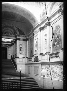 Fotografía antigua de la escalera del Palacio de Godoy. IPCE, fondo Ruiz Vernacci.