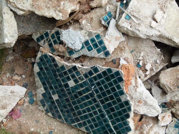 Teselas de la Stupa retiradas y destruidas