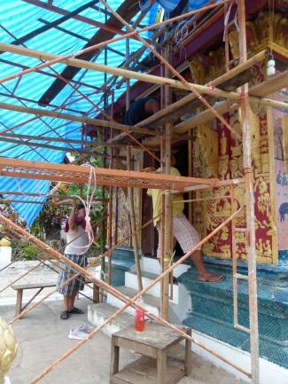 """Obreros trabajando en la """"restauración"""" de la entrada principal de la Chapelle Rouge"""