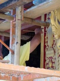 Obrero repintando la fachada principal de la Chapelle Rouge