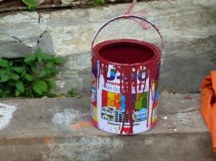 """Bote de pintura utlizado para la """"restauración"""" de la Chapelle Rouge"""