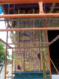 """Catas de """"repintes"""" en uno de las lados de la fachada principal de la Chapelle Rouge"""