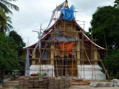 """Hóhng Kép Mîen en proceso de """"restauración"""", junto a las losetas del patio que lo rodea"""
