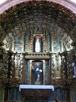 Retablo rococó en una de las capillas de la nave principal
