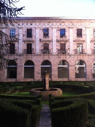 Vista del patio noble, con su arquitectura sencilla y su jardín