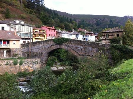 Puente medieval que une el pueblo de Corias con el Monasterio