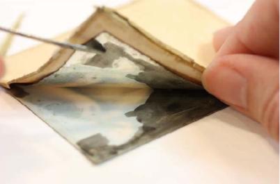 Trasera de la miniatura realizada en papel y lámina de cobre plateada