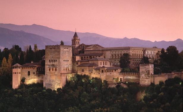 Vista del Palacio de Carlos V y de la Alhambra de Granada.
