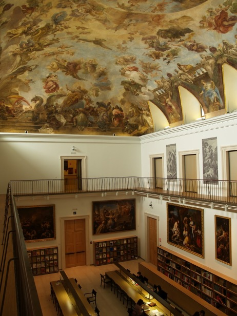 Vista de la sala de lectura de la Biblioteca del Museo del Prado desde la parte superior.
