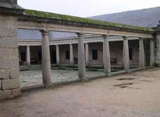 Vista del patio central y de la columnata de orden toscano de la Casa de los Monjes de La Fresneda.