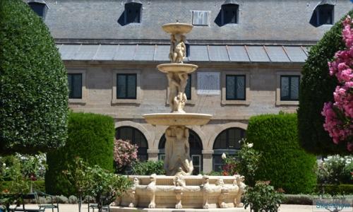 Fuente del Águila, anteriormente en la Casa de Campo de Madrid, situada en el patio central de la Casa de la Compaña.