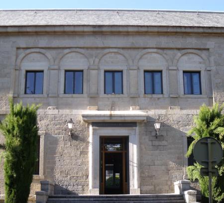 Entrada en la actualidad del Real Centro Universitario Escorial-María Cristina, antigua Casa de la Compaña.