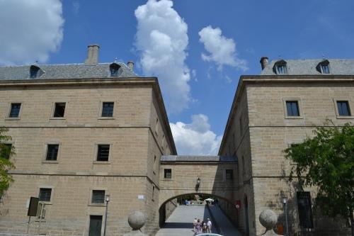 Vista de la Primera y Segunda Casa de Oficios unidas por un pasadizo volado sobre la calle Grimaldi.
