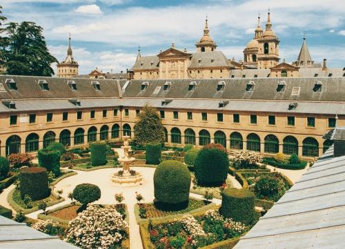 Patio principal del Real Centro Universitario Escorial-María Cristina. Uno de los patios que componían la antigua Casa de la Compaña.