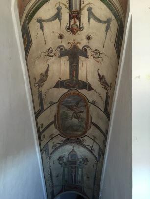 Decoración de grutescos y cadelieri en una de las escaleras auxiliares. Palacio del Viso del Marqués.