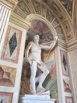 Vista de la escultura de Neptuno en la escalera principal del Palacio del Viso del Marqués.