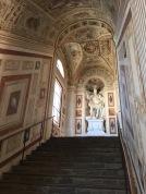 Otra de las vertientes de subida de la escalera del Palacio del Viso del Marqués.