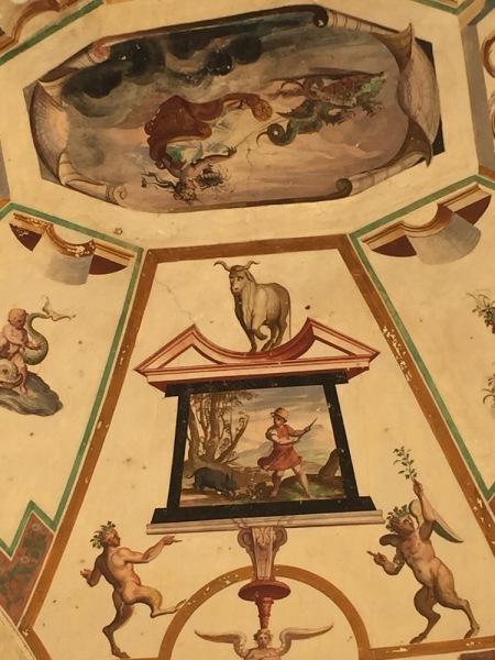 """Detalle de uno de los frescos cercanos a la capilla en la que se puede ver la representación de la famosa """"vaquita""""."""