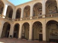 Vista del Patio central del Palacio del Viso del Marqués con las decoraciones al fresco de batallas y ciudades.