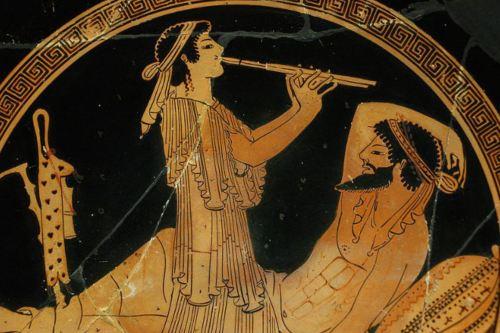 Cerámica griega en la que aparece representado un flautista tocando.