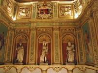 Detalle de las esculturas de la caja de escalera del Palacio de Santoña.