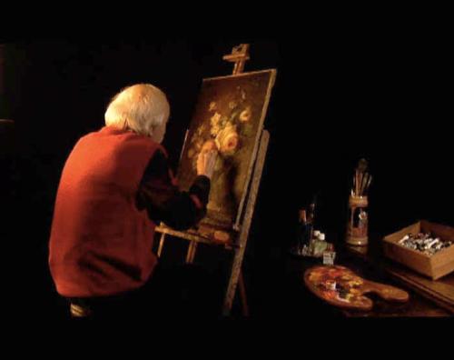 Erik el belga pintando un florero.