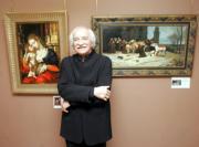 """Erik el Belga posa junto a la copia de la """"Virgen con el Niño"""" de Gossaert en una exposición organizada en 2006."""