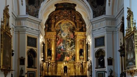 Vista del interior, con el retablo mayor al fondo, de la Iglesia de San Plácido en Madrid.