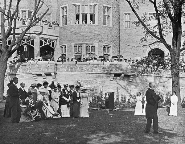Fiesta en los jardines de Casa Loma. City of Toronto Archives Fonds 1244 item 4049.