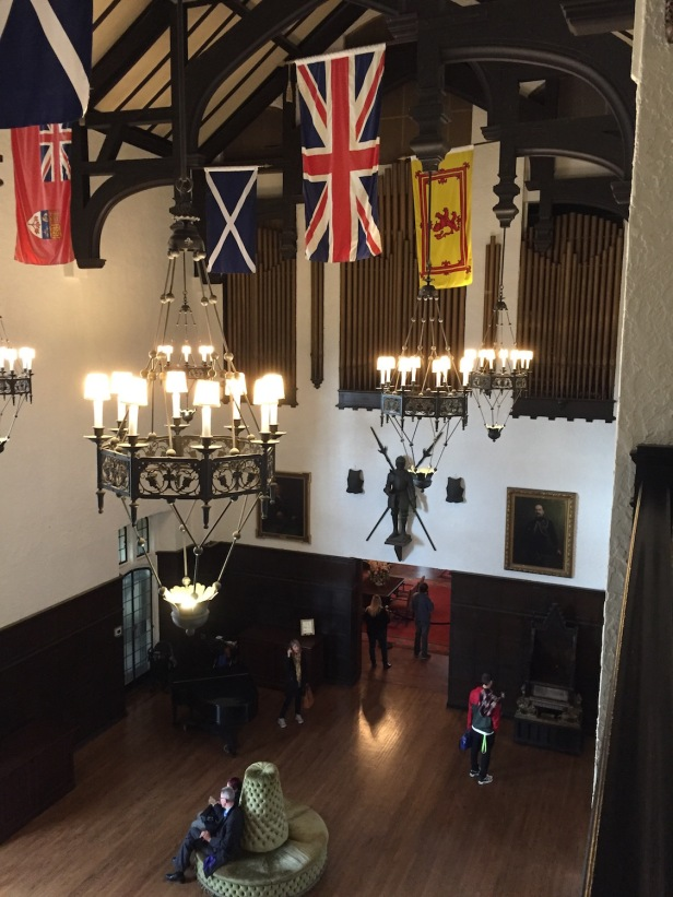 Hall principal en la actualidad con una réplica del órgano que presidia la estancia.