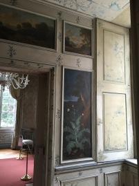 Decoraciones a base de panelados de madera en una pequeña sala del Amalienburg.