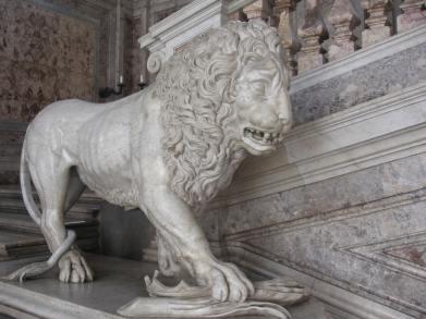 Detalle de uno de los Leones de la escalera de Caserta