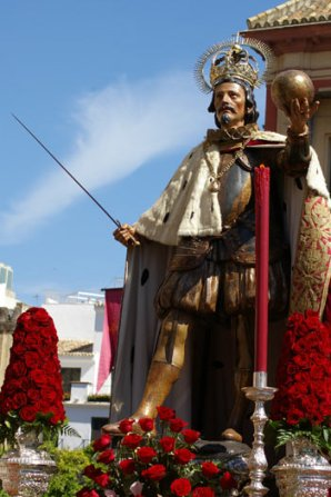 Pedro Roldán: San Fernando con capa de armiño en procesión del Corpus. Foto: ABC-Sevilla.
