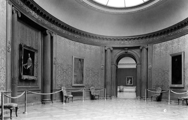 La sala oval en 1935 con el Velázquez presidiéndola.