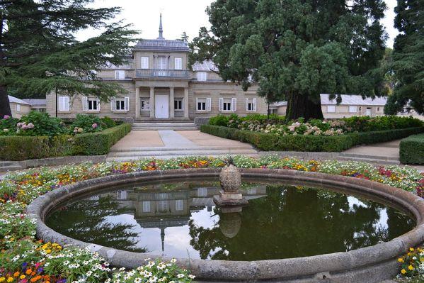 Vista exterior con los jardines de la Casita del Príncipe de El Escorial.