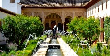 Imagen actuales de los Jardines del Generalife de la Alhambra de Granada. Wikimedia Commons.