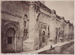 J. Laurent: Exterior de la mezquita de Córdoba. Fondo IPHE.