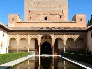 Vista actual del Patio de los Arrayanes en la Alhambra de Granada. Wikimedia Commons.