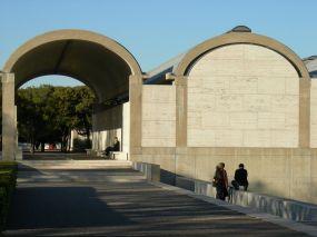Exterior del museo Kimbell obra de Louis Kahn.