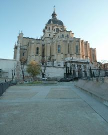 Catedral de la Almudena desde el parque emir Mohamed I. Foto: wikipedia.