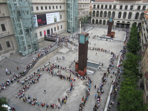 Largas colas formadas delante del Museo Nacional Reina Sofía para ver la exposición de Dalí del 2013.