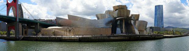 Exterior del Guggenheim de Bilbao desde la ria.