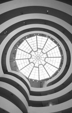 Vista del atrio del museo Guggenheim de Nueva York de abajo hacia arriba.