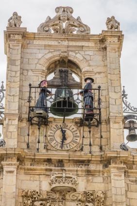 Reloj del Ayuntamiento de Astorgar con los autómatas de los Maragatos. Fotografía: Wikimedia Commons.