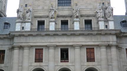 Fachada de la Basílica (Patio de los Reyes) con el Cristo de Cellini en la ventana del trascoro.